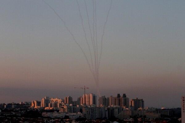 Misiles del sistema de defensa israelí Cúpula de Hierro destruyen cohetes lanzados por terroristas palestinos desde Gaza sobre Ashkelon (GIL COHEN-MAGEN / AFP)