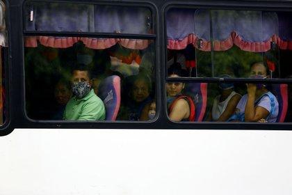 Personas son mascarilla en un autobús en Venezuela (Juan Carlos Hernández/ZUMA Wire/ DPA)