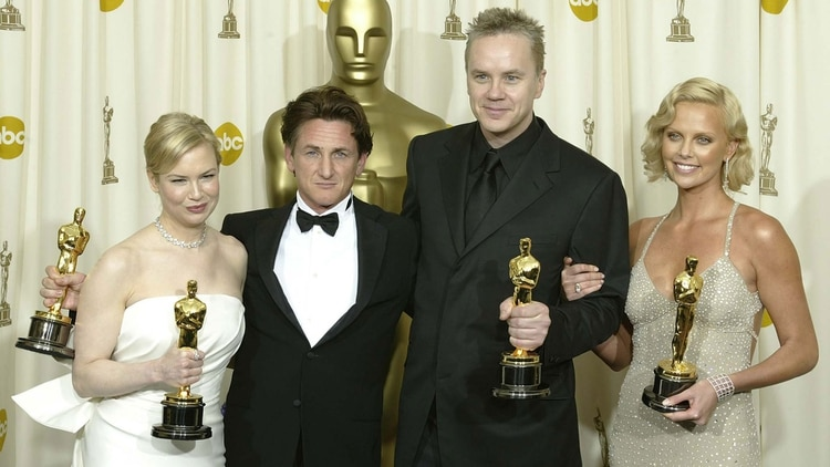 "With Renée Zellweger, Sean Penn and Charlize Theron after winning her Oscar for her role in ""Rio Místico"" (AFP)"