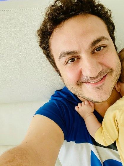 Topa en modo papá, con su beba de 3 meses