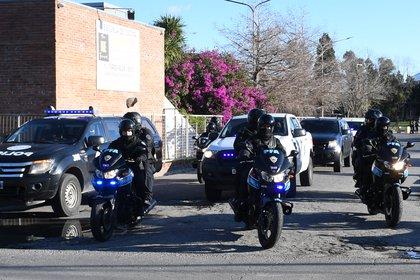 El fuerte operativo para trasladar a Romero tras su llegada a Buenos Aires (foto Maximiliano Luna)