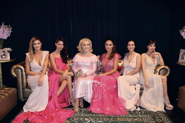 Chiquita junto a Paula Chaves, Zaira Nara, Martina Gusman, Luli Fernández y Gimena Accardi.