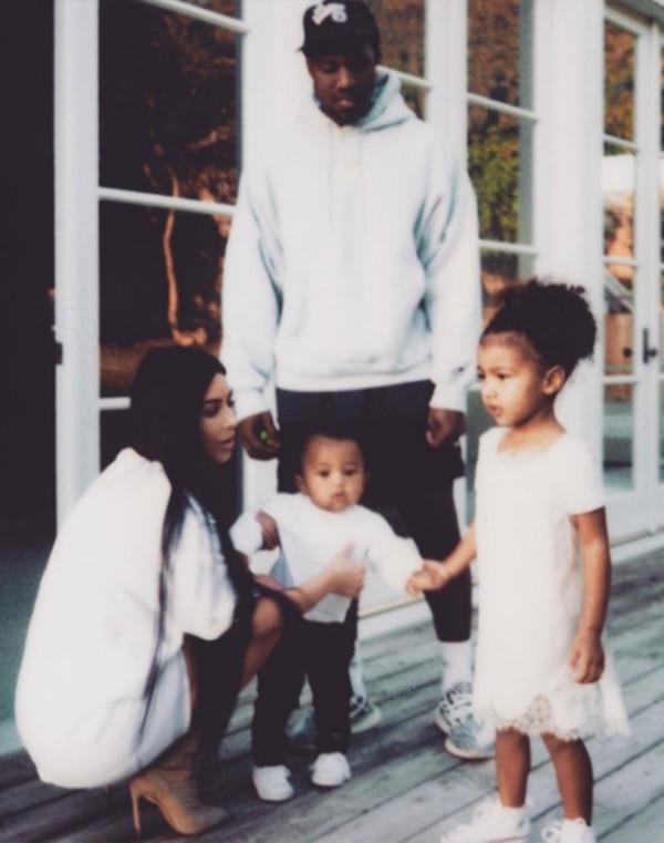Kim Kardashian y Kanye West junto a sus hijos North y Saint