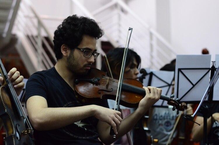 Un ensayo de los dos semanales que realiza normalmente la orquesta