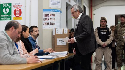 Alberto Fernández, candidato a presidencial del Frente de Todos, vota en las PASO del 11 de agosto de 2019