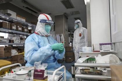 Un médico examina una prueba de diagnóstico del virus en Wuhan (Reuters)