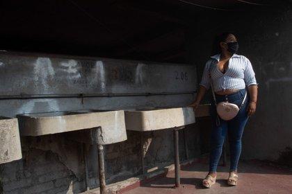 Sandra tiene 45 años, es trabajadora sexual desde hace 20 años. Ella mantiene a su familia y paga los medicamentos de su mamá porque padece la enfermedad de Parkinson. Cuando inicio la pandemia sólo pudo dejar de trabajar un mes debido a la cuarentena, pero al agotarse sus ahorros, tuvo que regresar a trabajar a las calles entre semana en un horario de 1 a 8 de la noche aproximadamente y los fines de semana le ayuda a su hermana en un puesto de comida para generar más ingresos.