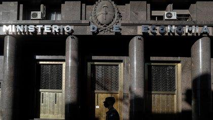 Una persona camina frente al ministerio de Economía, este martes en Buenos Aires (Argentina). EFE/Juan Ignacio Roncoroni/Archivo