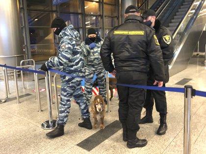 Policías resguardan la terminal aérea (AP)