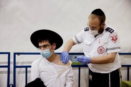 5.42 millones de personas ya fueron vacunadas en Israel de una población de 9,3 millones (REUTERS/Ronen Zvulun/File Photo)