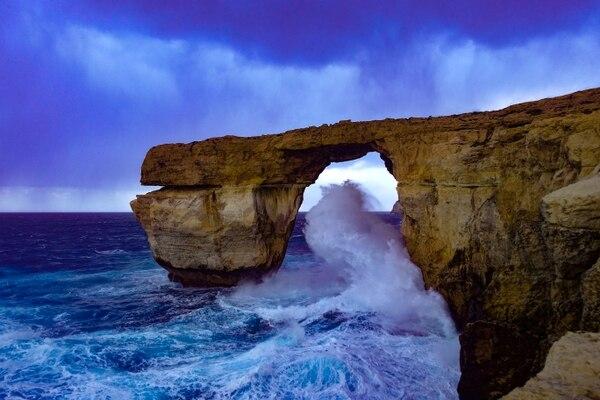 La Ventana Azul, una formación rocosa con un arco natural de piedra caliza de 28 metros de alto que se levantaba en la isla de Gozo en Malta. se derrumbó después de ser dañado por una tormenta en marzo de 2017. Alguna vez fue uno de los hitos turísticos más populares de Malta y apareció en la serie televisiva Juego de Tronos. En 2018, un arquitecto ruso propuso una versión renovada de Azure Window