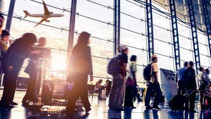 """Esta """"transformación de la experiencia migratoria"""" convertiría el ingreso a un aeropuerto internacional en uno mucho más fácil (iStock)"""