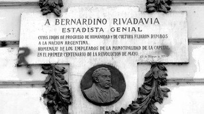 Placa en homenaje a Rivadavia, colocada por los empleados municipales en 1910, en el frente de la Jefatura de Gobierno de la Ciudad de Buenos Aires.