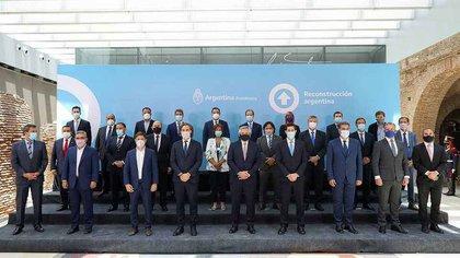 Alberto Fernández firmó ayer el nuevo pacto fiscal en la Casa Rosada con la mayoría de los 24 gobernadores.