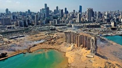 Vista aérea que muestra la destrucción en los silos del puerto de Beirut tras la explosión (AFP)