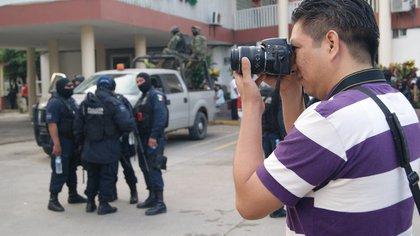 AME5979. VERACRUZ (MÉXICO), 19/09/2020.- Fotografía cedida hoy por el periodista Edgar Escamillla, quien desempeña su profesión en uno de los sitios más peligrosos para ejercer el periodismo: el estado de Veracruz (México). Con profundas cicatrices por la muerte de 27 compañeros y seis desaparecidos en 15 años, los periodistas del oriental estado mexicano de Veracruz enfrentan hoy nuevas amenazas a su persona y al derecho informar, tal y como refleja el asesinato y decapitación de Julio Valdivia. EFE/Edgar Escamillla /SOLO USO EDITORIAL /NO VENTAS
