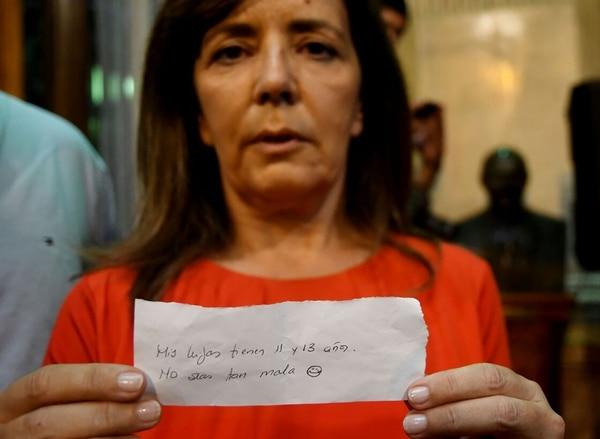 Gabriela Cerruti muestra el papel de la polémica (Foto: Maxiliano Luna)