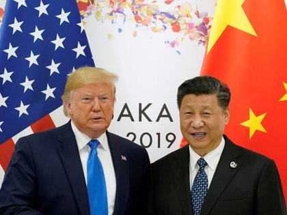 FILE PHOTO: U.S. President Donald Trump and China's President Xi Jinping pose for a photo ahead of their bilateral meeting during the G20 leaders summit in Osaka, Japan, June 29, 2019. REUTERS/Kevin Lamarque/File Photo