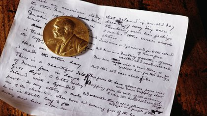 La medalla de oro del Premio Nobel sobre un manuscrito del poeta William Butler Yeats (GETTY IMAGES)