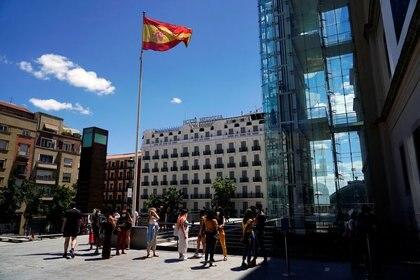 Personas hacen cola mientras esperan para entrar en el museo Reina Sofía tras la reapertura al público, en Madrid, España, el 6 de junio de 2020. REUTERS/Juan Medina