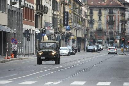 Una calle de Milán, la capital de Lombardía, vacía este domingo (REUTERS/Daniele Mascolo)