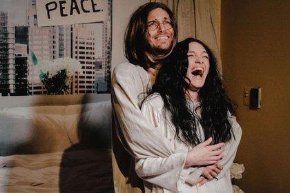 """Candela Vetrano y Andrés Gil protagonizan """"La encamada"""", en la que interpretan a Yoko Ono y John Lennon"""