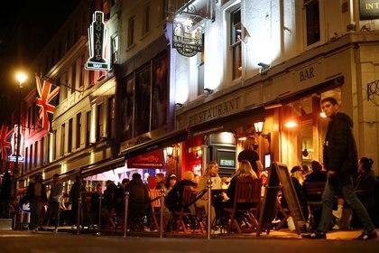 Hasta el momento en Europa, bares, restaurantes, discotecas no han podido diseñar una estrategia que les permita recuperar la actividad luego de las aperturas (Reuters)