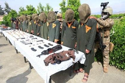 Talibanes arrestados en Afganistán, uno de los últimos países en el ranking de felicidad de 2020 (REUTERS/Parwiz)