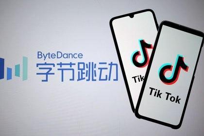 Los logotipos de Tik Tok se ven en los smartphones frente a un logotipo de ByteDance. Foto: REUTERS/Dado Ruvic