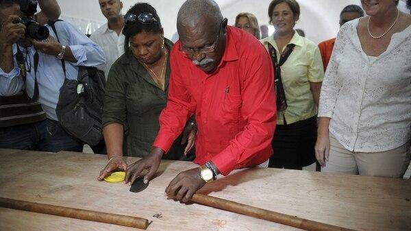 Resultado de imagen para Cubano fabrica el tabaco más grande del mundo en honor a Fidel