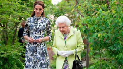 "La reina Isabel II en ""Back to Nature' el jardín diseñado por Kate Midletonn en el RHS Chelsea Flower Show /Shutterstock (10241918t)"