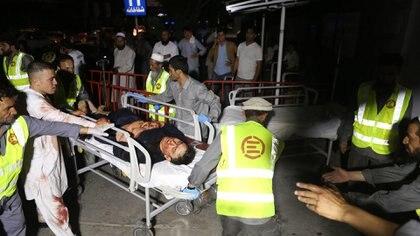 Heridos en el casamiento en Kabul siendo trasladados al hospital (EFE)