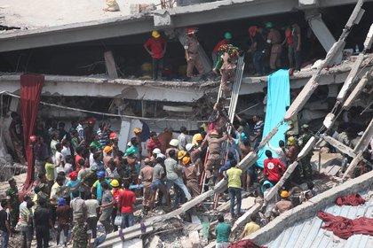 El derrumbe del edificio Rana Plaza en Bangladesh, en 2013, donde funcionaban talleres textiles en condiciones deplorables. Murieron más de mil personas. (Shutterstock)