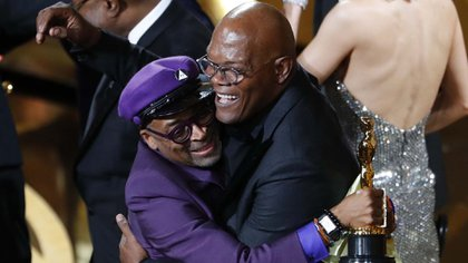 Spike Lee abraza a Samuel L. Jackson al ganaro una estatuilla (REUTERS/Mike Blake)