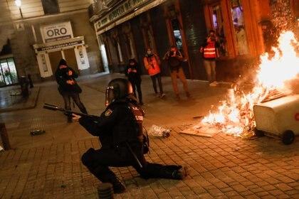 Un agente de policía se enfrenta a los manifestantes en Madrid, España, el 17 de febrero de 2021. REUTERS/Susana Vera