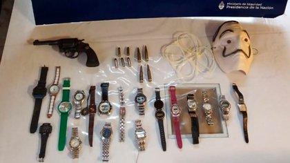 """El material de """"Culapio"""": su 38 con la numeración limada y su colección de relojes"""