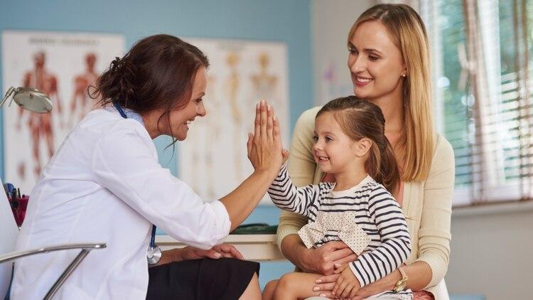 El trabajo de los médicos hoy tiene que ser de una actualización constante y por lo tanto, una integración constante (Shutterstock)