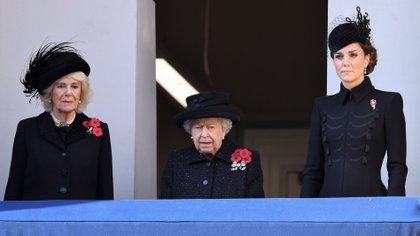 La duquesa de Cornualles, la reina Isabel II y la duquesa de Cambridge en el servicio del Día del Recuerdo, el 10 de noviembre de 2019