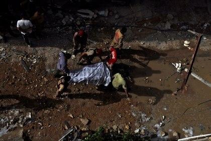 Rescatistas trasladan un cuerpo (Reuters/ Akhtar Soomro)