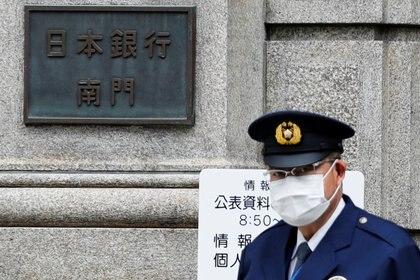 EL guardia de seguridad del Banco de Japón, que siempre permaneció abierto