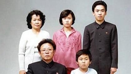 En la primera fila, Kim Jong-Il junto a un joven Kim Jong-nam (Getty)