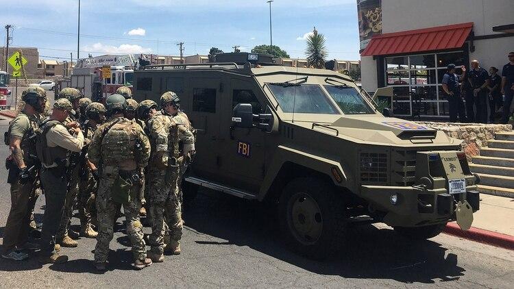 Policías armados junto a un vehículo blindado del FBI frente al centro comercial Cielo Vista porel tiroteo en El Paso este 03 de agosto de 2019 (Photo by Joel Angel JUAREZ / AFP)