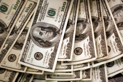 Imagen de archivo de billetes de dólares en un banco en Westminster, Colorado, el 3 de noviembre de 2009. REUTERS/Rick Wilking