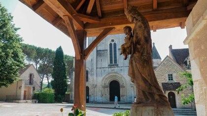 Romand vive en la Abadía benedictina de Fontgombault. Allí, en esa construcción que data del siglo XI, comparte su vida con 60 monjes
