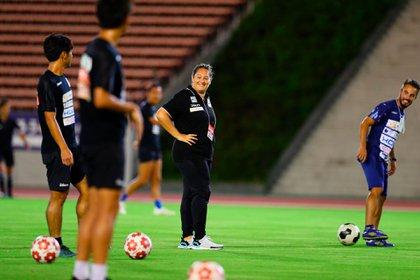 Milagros Martínez Domínguez es española y se convirtió en la primera mujer en dirigir a un equipo masculino en Japón (@SuzukaPG)