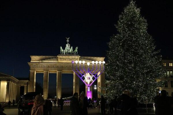La ciudad de Berlín, capital alemana, lució un iluminado pino navideño, junto a un candelabro de nueve brazos, denominado januquiá, símbolo de la tradición judía y que se enciende en tiempos de Janucá