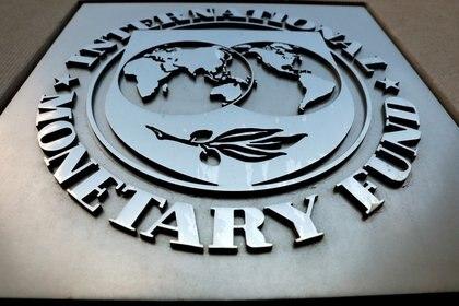 Foto de archivo. El logo del Fondo Monetario Internacional fuera de su sede en Washington, EEUU. 4 de septiembre de 2018. REUTERS/Yuri Gripas.