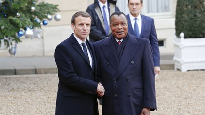 El presidente de Francia, Emmanuel Macron, y el presidente de la República del Congo, Denis Sassou Nguesso, en el Palacio del Elíseo, París, el 12 de diciembre de 2017 (Foto de Muylaert Sebastien/Action Press/Shutterstock)
