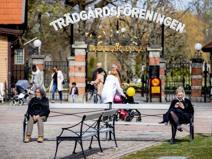 Ciudadanos de Gotemburgo practican el distanciamiento social fuera de la entrada al parque de la ciudad Tradgardsforeningen mientras continúa la propagación de la enfermedad COVID-19 (Reuters)