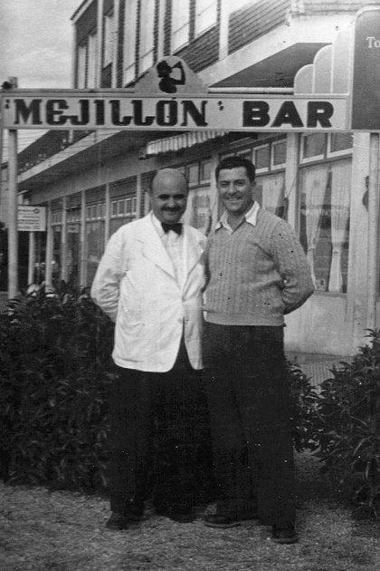 """Antonio Carbonaro con el suéter junto a un mozo cuando su restaurante era el recinto de encuentro de las celebridades. """"No hay más secreto: buena carne, bien preparada, con poca sal y poco condimento"""", definió su creador"""